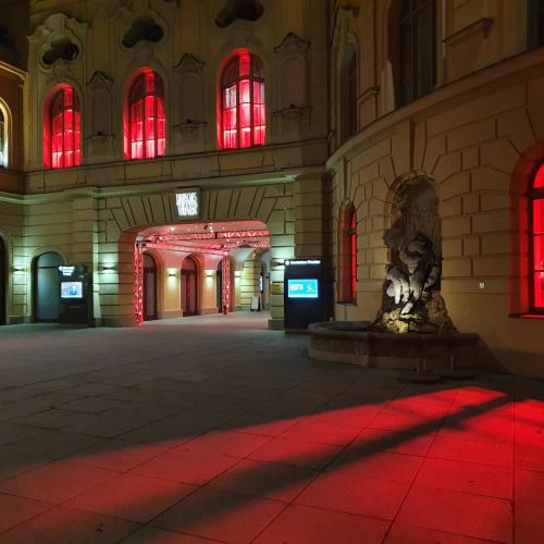 """Das Deutsche Theater  wurde für die Aktion """"Alarmstufe Rot"""" angeleuchtet. © Deutsches Theater"""