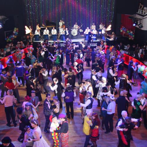 Karneval wie dazumal: Narren auf der Tanzfläche vor dem ODEON Tanzorchester
