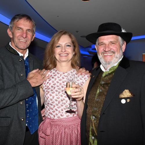 Oide Wiesn Bürgerball:  Die DT-Geschäftsführer Carmen Bayer und Werner Steer mit Festring-Präsident Karl-Heinz Knoll (rechts)