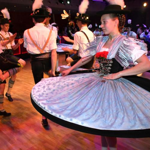 Oide Wiesn Bürgerball:  Beim Auftritt der Trachtenverbände fliegen die Röcke