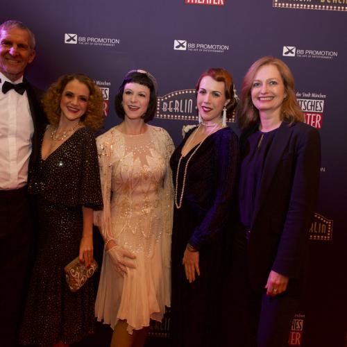Die Geschäftsführer des Deutschen Theaters Carmen Bayer und Werner Steer mit (v.l.n.r) Chi Chi Bouvet von den Filly Follies, Bettie Berlin und Melody D'Amour