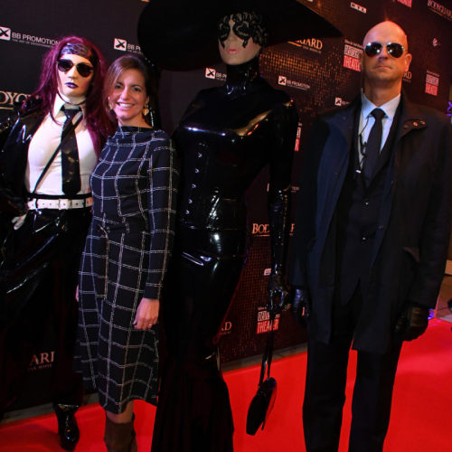 Kommunalreferentin Kristina Frank und Performance-Künstlerin Chrissie Seams mit Belgeitung und Bodyguard