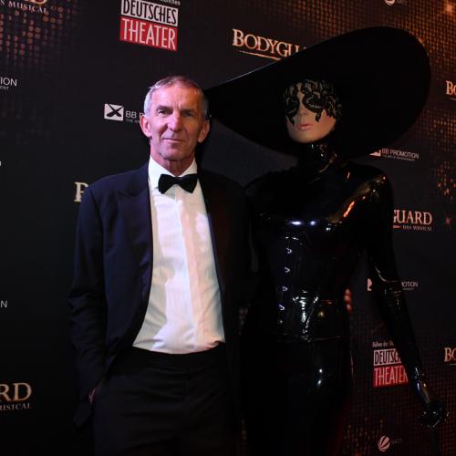 Geschäftsführer des Deutschen Theaters Werner Steer mit Latex-Künstlerin Chrissie Seams
