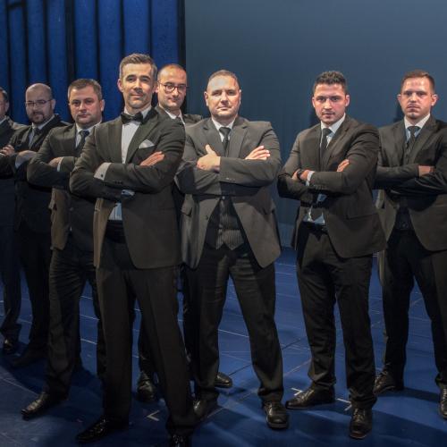 Musical-Bodyguard Jo Weil mit dem echten Bodyguard Michael Fesl (3.v.r.) und seinen Kollegen © Susanne Brill