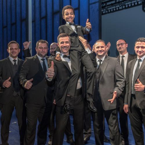 Musical-Bodyguard Jo Weil mit Kinderdarsteller Logan Parkes (Fletcher im Musical) sowie dem echten Bodyguard Michael Fesl (3.v.r.) und seinen Kollegen © Susanne Brill