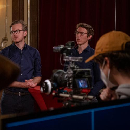 """Bastian Obermayer (rechts) und Frederik Obermeier im Silbersaal. Um die beiden Journalisten der Süddeutschen Zeitung und ihre investigative Recherche zur Ibiza-Affäre dreht sich der Eröffnungsfilm """"Hinter den Schlagzeilen""""."""