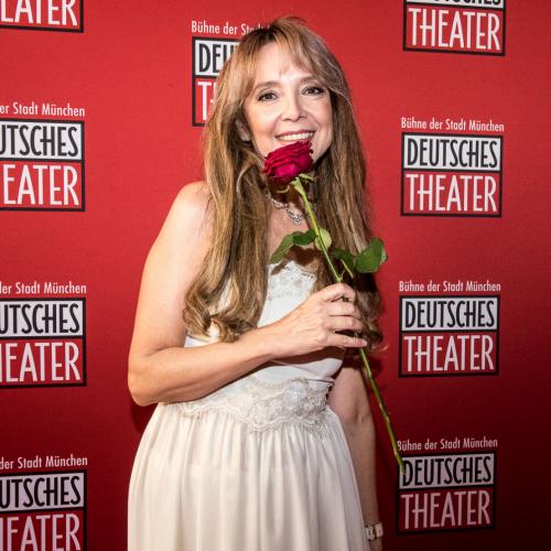 Schauspielerin und Sängerin Cornelia Corba passend mit Rose
