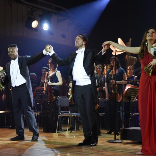Dirigent Michael Balke mit Marzia Marzo und Levy Sekgapane.