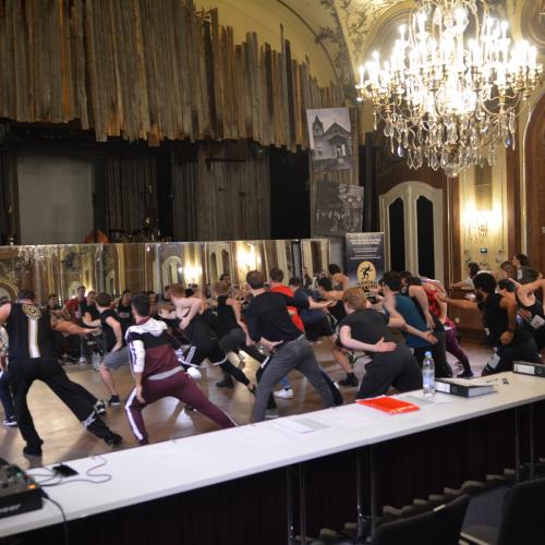 Die Kandidaten lernen die Choreografie
