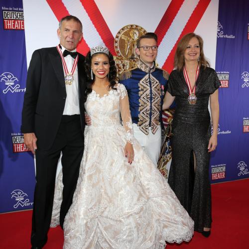 Die DT-Geschäftsführer Carmen Bayer und Werner Steer mit dem Narrhalla-Prinzenpaar.