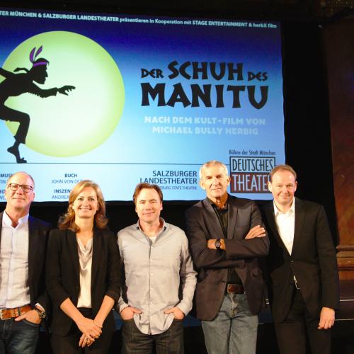 v.l.n.r. Oliver Banasch  (Stage Entertainment), Carmen Bayer (Deutsches Theater), Bully, Werner Steer (Deutsches Theater), Carl Philip von Maldeghem (Indendant, Salzburger Landestheater)