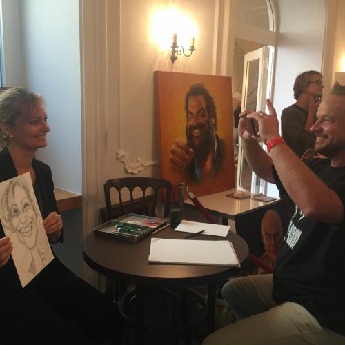 Carmen Bayer mit ihrem Porträt von Künstler Bernhard Prinz
