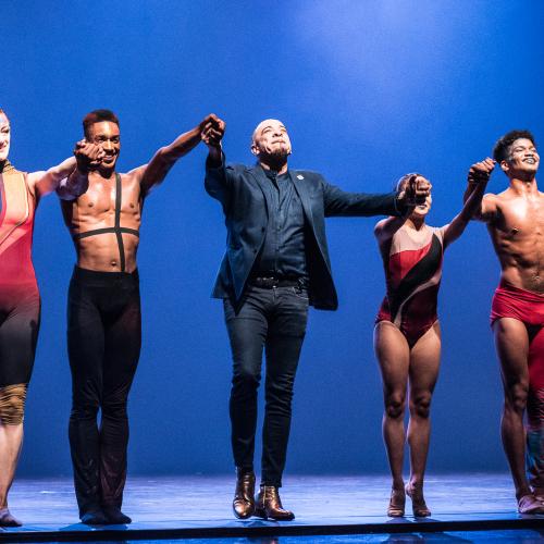 Choreograf Dwight Rhoden (im Jarkett) darf sich über eine gelungene Deutschlandpremiere freuen
