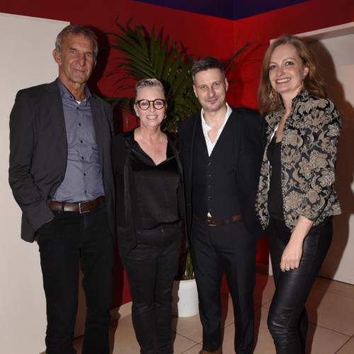 Die Geschäftsführer des Deutschen Theaters Werner Steer und Carmen Bayer mit den beiden Hauptdarstellern (Mitte).