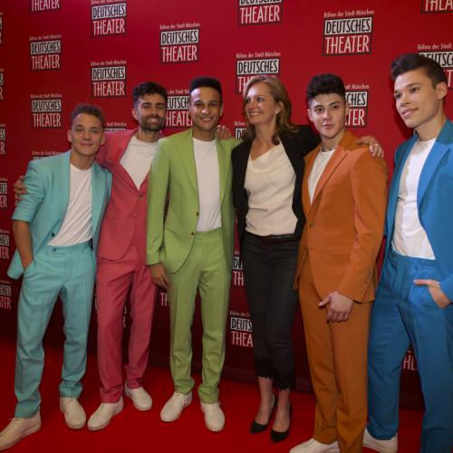 Die Boys mit der Geschäftsführerin des Deutschen Theaters Carmen Bayer