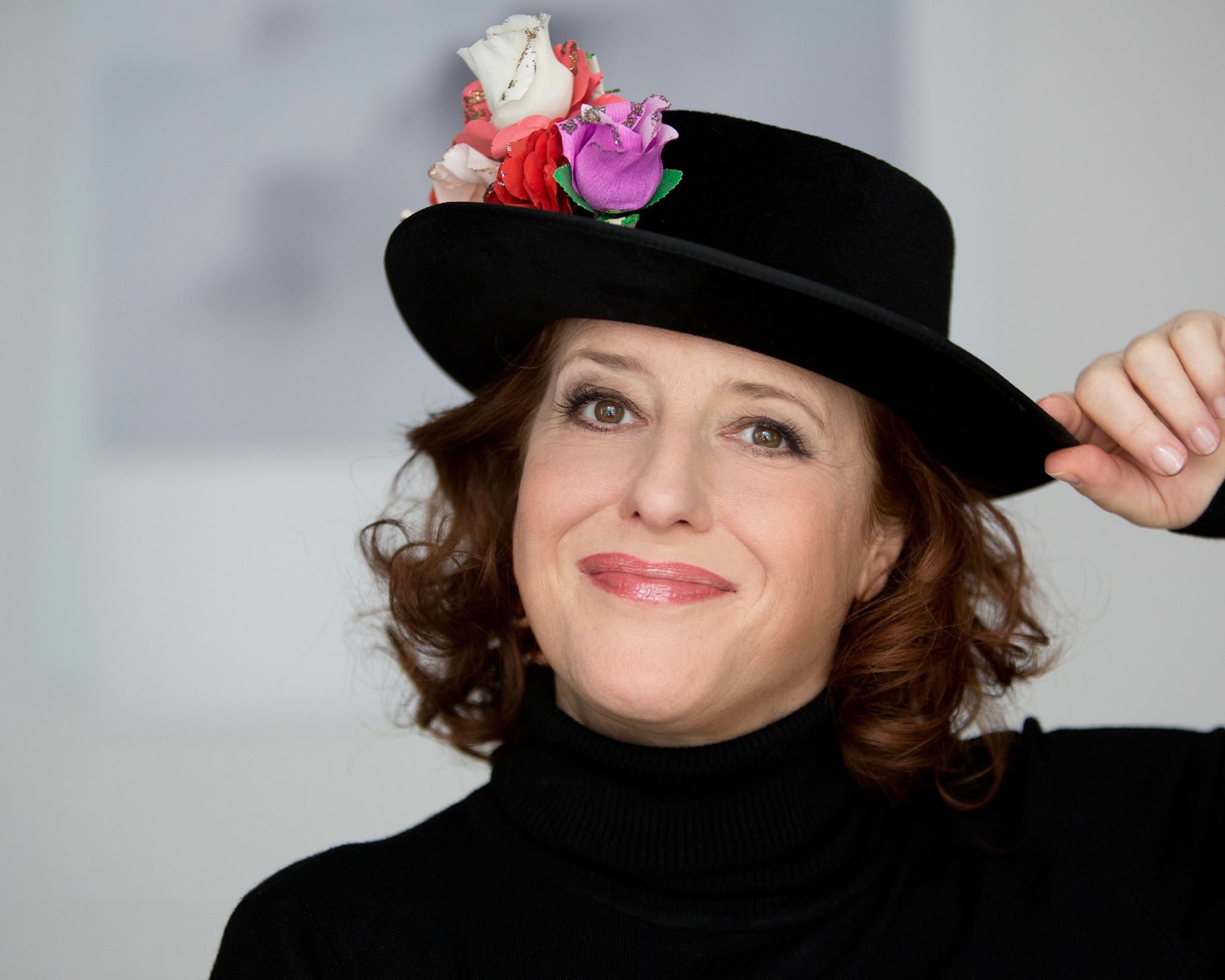 Luise Kinseher lächelnd mit Hut
