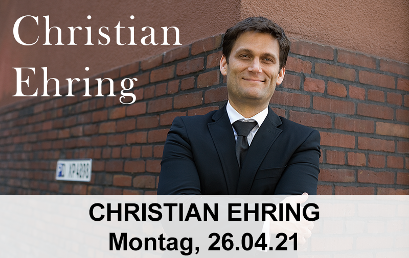 Christian Ehring lehnt an einer Steinmauer
