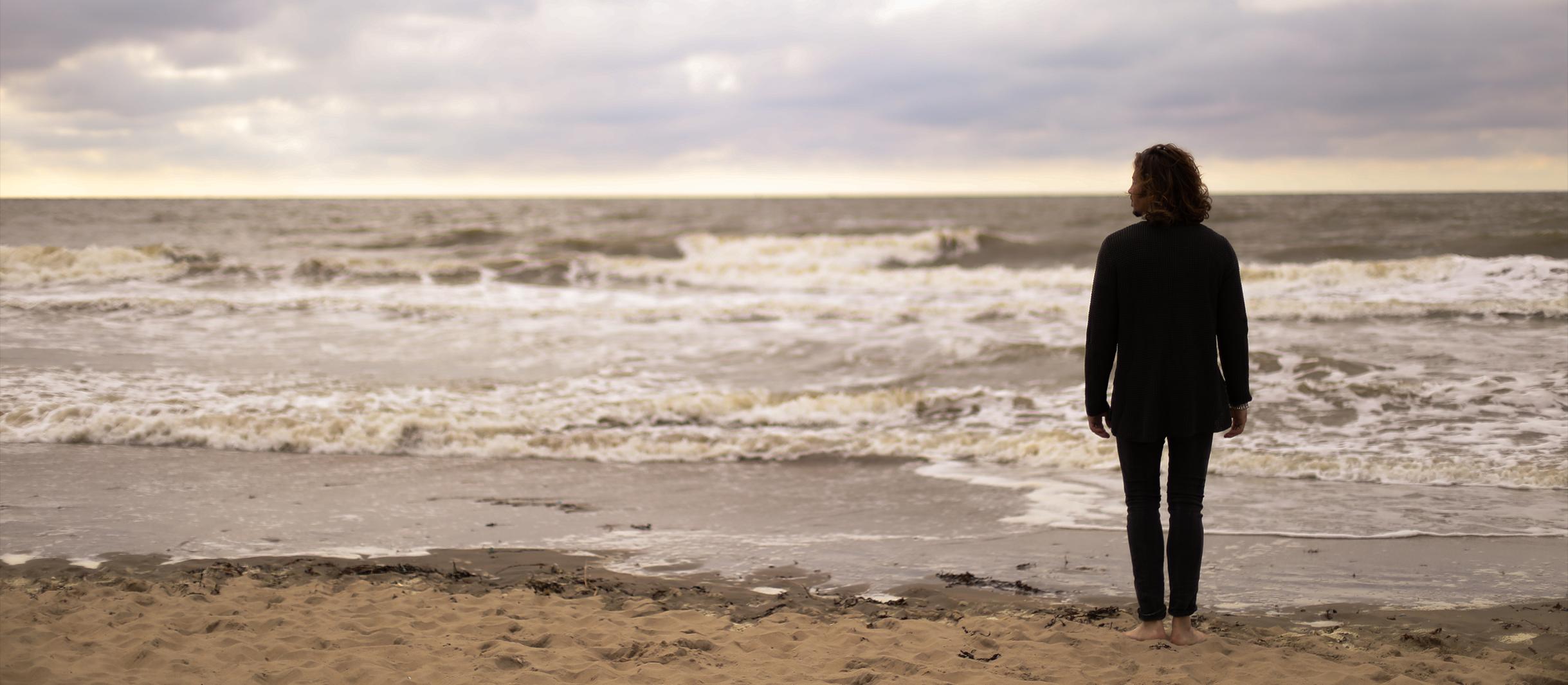 Gil Ofarim zuversichtlich am Strand