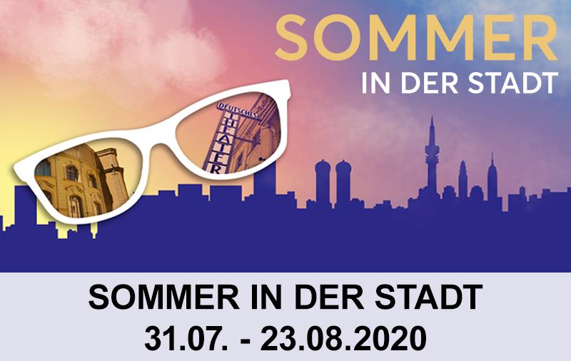 In einer Sonnenbrille spiegelt sich die Fassade des Deutschen Theaters. Im Hintergrund ist eine Stadtfassade in ABenddämmerung zu sehen.