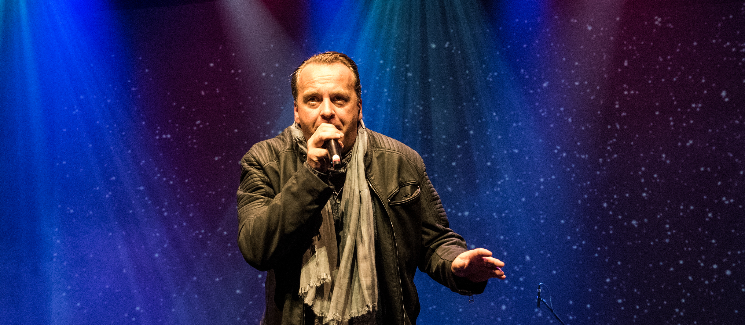 Sänger Georg Kleesattel mit Mikrofon